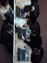pracownicy przy komputerach